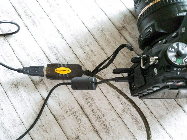Mit einer Handschlaufe an der Kamera gesichert